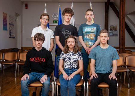 Prejemniki zlatega priznanja na DT v matematiki za gimnazije v ŠL 2020/2021 (z leve, od prve vrste): Nino Kolander (1. c), Manca Ernst (1. b), Valentin Romih (3. c), Lovro Drofenik, Jaka Vrhovnik in Nejc Amon (vsi 4. g).