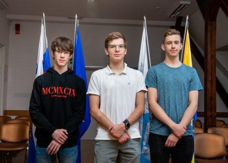 Trije državni prvaki, vsak v svoji kategoriji za gimnazijski letnik (z leve): Nino Kolander (1. c), Lovro Drofenik (4. g) in Valentin Romih (3. c).