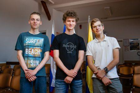 Tekmovalci na julijski IMO 2021: Lovro Drofenik, Jaka Vrhovnik in Nejc Amon, vsi iz 4. g.